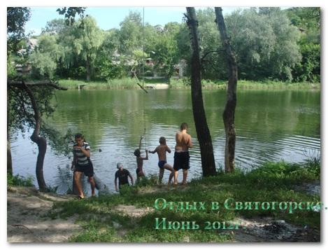 Качели на берегу реки