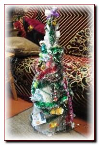 Рождественская елка из фантиков и дождика